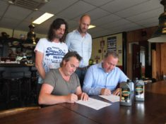 Het contract is getekend! Op de foto: Ronnie Degen & Hendrik Jan Lovink (Feestfabriek) en Patrice Assendelft & Rinze Bremmer (KNMV)