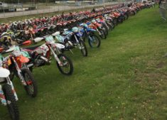De enduro sport is spring levend